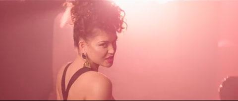 Say-Something-videoclip-Karen-Harding