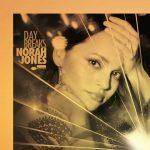 """Norah Jones: ascolta il nuovo singolo """"Carry On"""" (testo e traduzione) + video ufficiale"""
