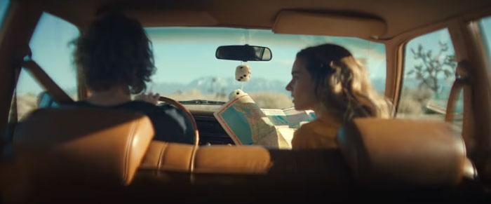 frame del video di stay awake