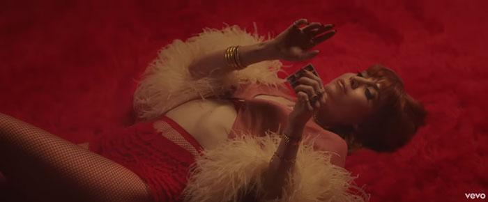 Late Night Feelings frame del video